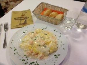 Равиоли рыбные с креветками и цуккини под соусом