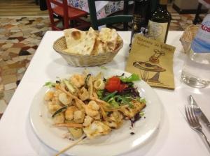 Жареный микс из морепродуктов с  салатом и хрустящими овощами и шашлычком из кальмара