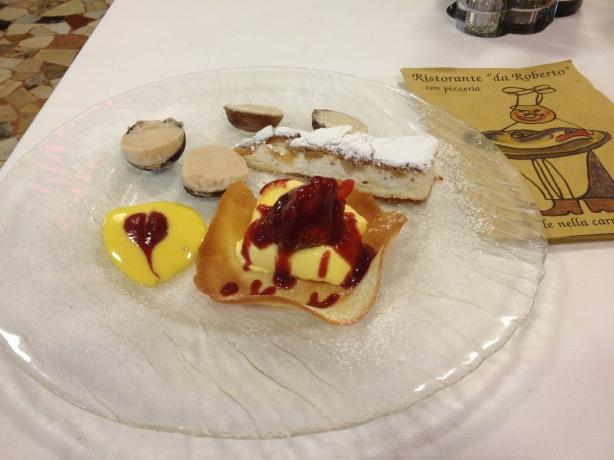 Десерт:  крем Маскарпоне со сведей клубникой в миндальном стаканчике, торт из сыра с грушей, мороженое каштановое и ореховое