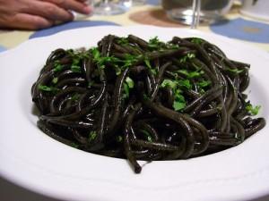 Черные спагетти с моллюсками. Ресторан Ямми