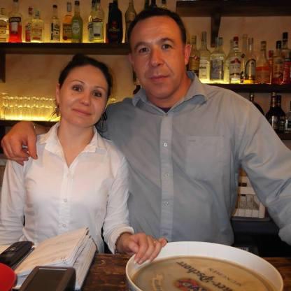 Хозяин ресторана и официантка
